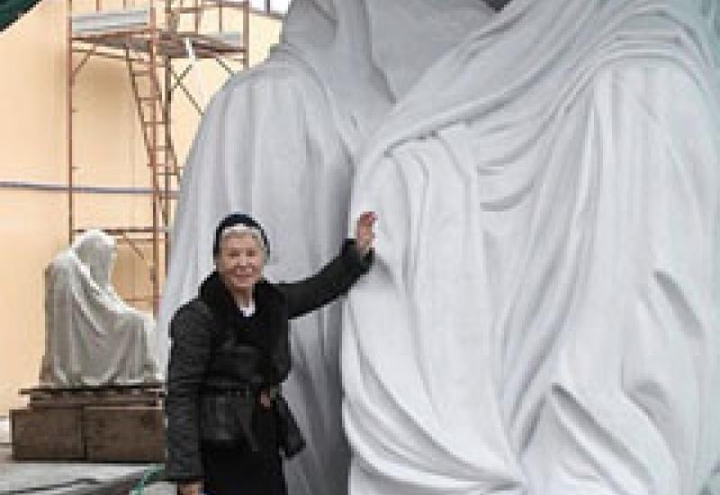 Anna Chromy with 'The Cloak of Conscience'.
