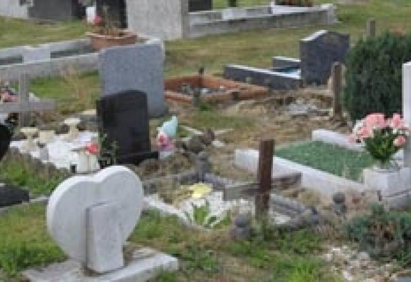 The insolvency of Simply Memorials has left 176 families without the headstones they had paid for.